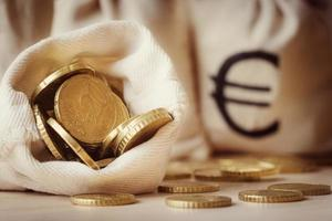 moedas de euro em saco de dinheiro aberto foto