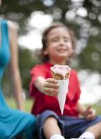 garotinho segurando a casquinha de sorvete foto