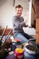 retrato do artista masculino trabalhando em pintura em estúdio