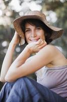 mulher sorridente, usando chapéu de sol foto