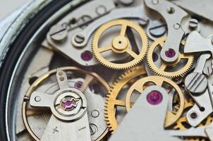 dentadas de metal em um relógio, trabalho em equipe conceito foto
