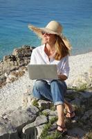 mulher com laptop foto