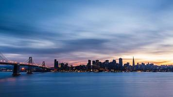 skyline de são francisco ao pôr do sol foto