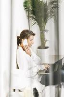 linda mulher de negócios maduros, trabalhando com o laptop na cama.