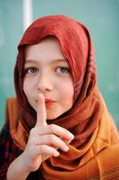 bonitos adoráveis crianças em idade escolar na sala de aula com atividades de educação