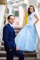 marido feliz ficar contra sua esposa grávida foto