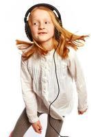 menina dançando com fones de ouvido foto