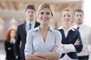 mulher de negócios permanente com sua equipe na conferência foto