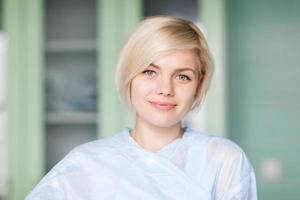 sorriso de mulher na sala de cirurgia foto