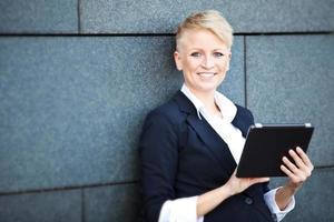 mulher de negócios atraente usando tablet foto