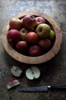 tigela de madeira de maçãs vermelhas foto