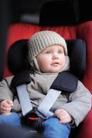 menino da criança no assento de carro foto