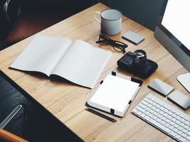 conjunto de elementos clássicos no espaço de trabalho moderno. Renderização em 3d foto