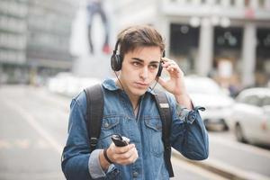 homem jovem bonito modelo escuro alternativo na cidade foto