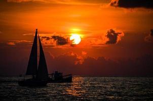 outro pôr do sol de veleiro foto