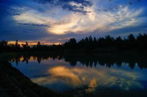 pôr do sol em um lago