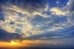 pôr do sol no céu th foto
