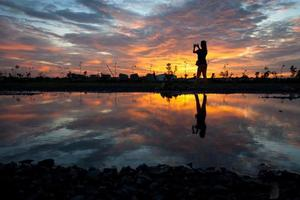 mulheres de silhueta ao pôr do sol