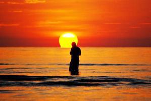 indo em direção ao pôr do sol foto