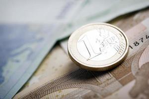 closeup de notas e moedas de euro foto