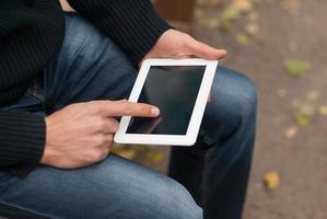 homem com computador tablet nas mãos. foto