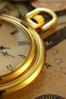 tempo e dinheiro. Relógio em dólares americanos - imagem de stock