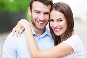 jovem casal abraçando foto
