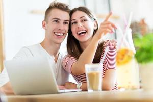 jovem casal no café foto