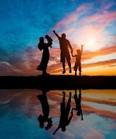 silhuetas de família feliz foto