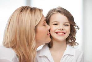 sorrindo, mãe e filha