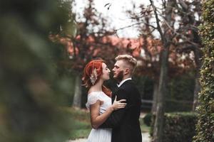 casal de noivos na cidade foto