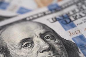 close-up de uma imagem de benjamin franklin em uma nota de dólar