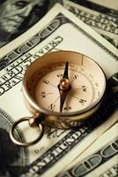 bússola magnética em notas de dólar