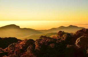 paisagem de montanha ao nascer do sol foto