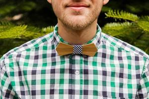 retrato com gravata borboleta na natureza foto