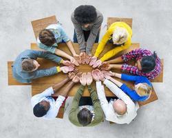 grupo de diversas pessoas mão em concha foto