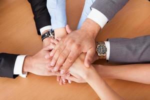 empresários, empilhando as mãos foto