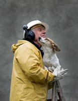 velho com cachorro foto