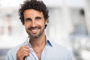 homem segurando um cigarro eletrônico foto