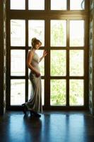 jovem mulher em um vestido de noite foto