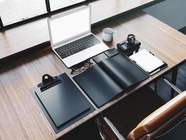 laptop de design genérico em cima da mesa de madeira com elementos de negócio foto