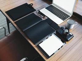 conjunto de laptop de design genérico na mesa de madeira e foto