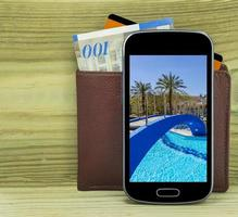 smartphone com carteira, dinheiro e cartão de crédito foto