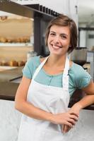 barista bonito sorrindo para a câmera foto