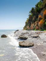 praia de seixos foto
