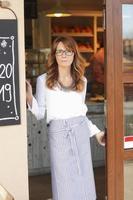 mulher em frente a cafeteria foto