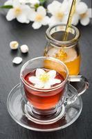 chá de ervas com flores de jasmim e mel foto