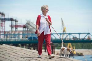 mulher sênior e seu cachorro foto