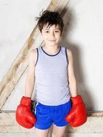 jovem rapaz como um boxeador