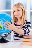 examinando o globo. foto